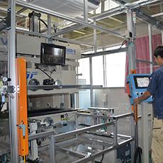 製品に対しフィルムを真空状態でラッピングできる機械です。