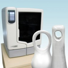 通常の紙に平面的に印刷するプリンターに対して、3D CAD、3D CGデータを元に立体(3次元のオブジェクト)を造形する装置です。