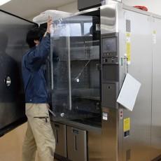 長時間一定温度に保つ事が出来るような制御を施した容器です。設定した温湿度の条件下で、物性変化や機器性能への影響などを<br>検証できる試験機です。