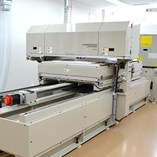 アクリル素材をレーザーにより切断加工する工作機械です。