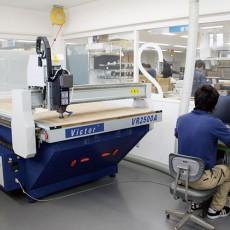 コンピュータ制御で、刃ものや工作(ワーク)の位置を正確に<br>動かしながら機械加工を行う工作機械です