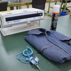 静電気を逃がし、帯電を防止することができる、バンド、床、机、制服上下、靴にいたるまで徹底しています。