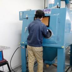 細かい部品を加工する際に、表面に砂などの研磨材を<br>効率よく吹き付けることができる機械です。
